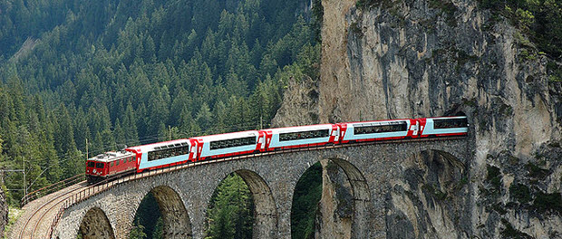 Glacier express on the landwasser Viaduct by Champer via Wikimedia Commons